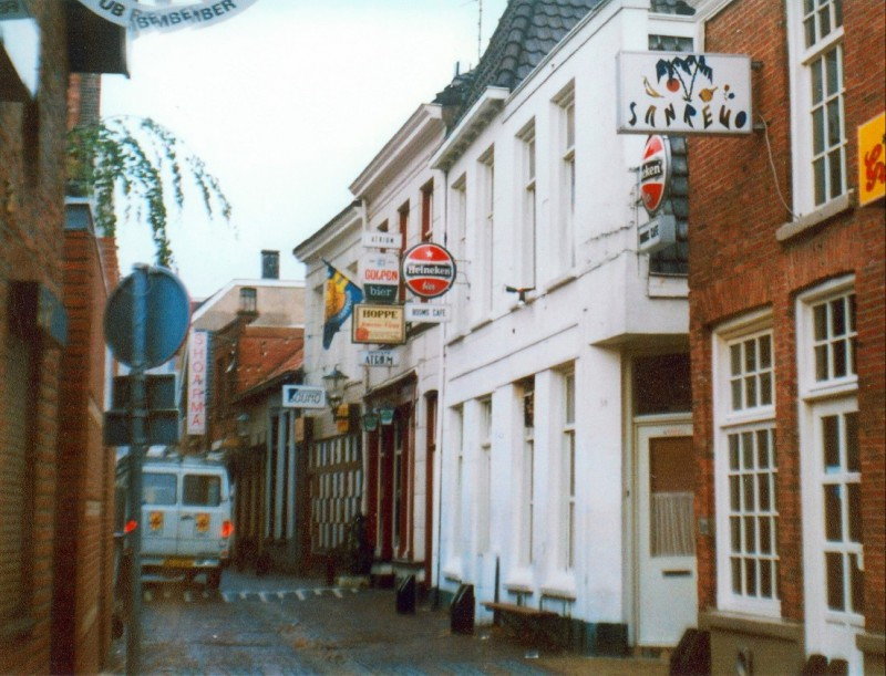 Stadsgravenstraat met uiterst links pub Remember en rechts cafe San Remo 1986.jpg