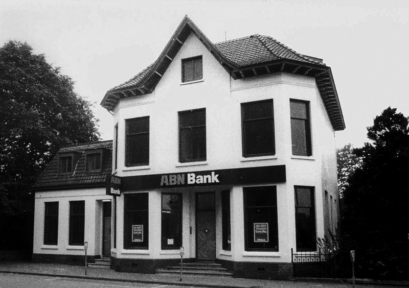 Brammelerstraat 1-3 ABN bank in voormalige vila.jpg
