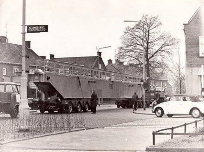 Haaksbergerstraat hoek Pathmossingel transport Van Wezel.jpg