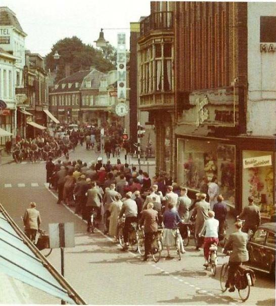 Langestraat kruispunt De Klomp begin 1960 Magasin de Paris.jpg